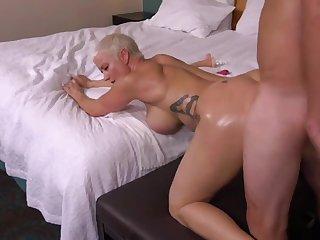 Секс с тетей на порно кастинге завершился окончанием в бритую пизду