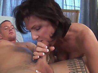 Хитрая женщина нашла способ попробовать на вкус член молодого гостя