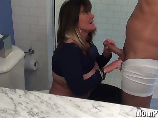 Порно старая натуралка великолепно берет в рот и отсасывает на корточках