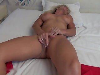 Зрелая мастурбирует и отправляется за сексом к молодому квартиранту