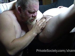Бородатый мужик любопытно ковыряется в письке жирной соседки