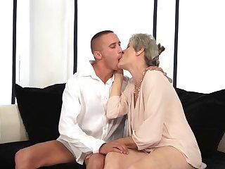 Седая старуха возбудилась от поцелуев и взяла в рот молодой стояк