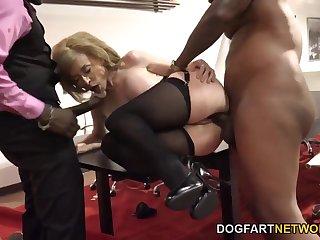 Начальница Нина Хартли на собеседовании устроила в приемной групповое порно