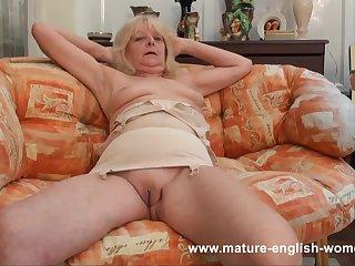 Старая англичанка снимает чулки и показывает все свои прелести