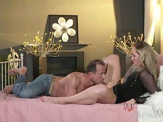Итальянский джентльмен красиво трахает роскошную пассию вечером в постели