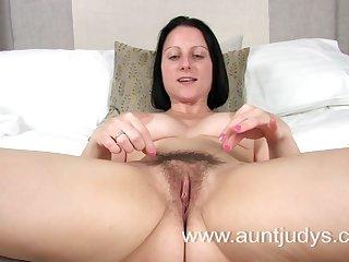 45 летняя американка аккуратно трогает пальцами половые губы и мастурбирует