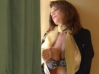 Зрелая стюардесса вернулась из рейса и зашла на секс к старому другу