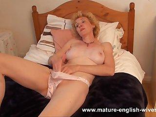 Порно видео зрелая мастурбирует розовой игрушкой, постанывая на всю комнату