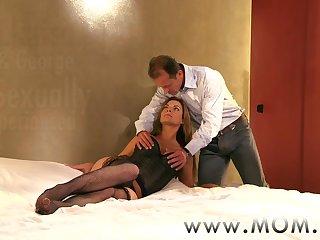 Пришел с работы, снял рубашку и трахнул заскучавшую жену в постели