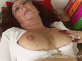 Старая секретарша с длинными ногтями в рабочем кабинете мастурбирует киску