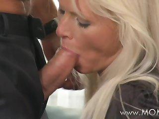 Взрослые дамы так любят брать за щеку молодой и крепкий хер