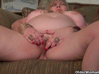 Порно видео зрелая дама с пышными формами утоляет сексуальную жажду мастурбацией