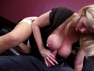 Порно старые с молодыми в спальнях устраивают жаркий перепихон, получая удовольствие