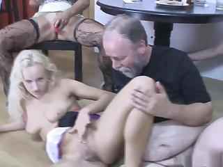 Порно старые с молодыми обменялись партнёрами и устроили возле стола свинг секс
