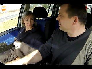 Трахает попутчицу на пассажирском сидении посреди белого дня