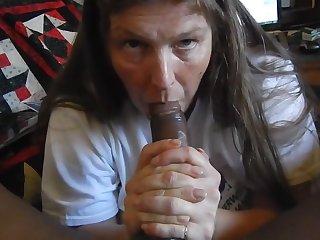 Негр с большим членом дает в рот старой шлюхе и снимает домашнее порно