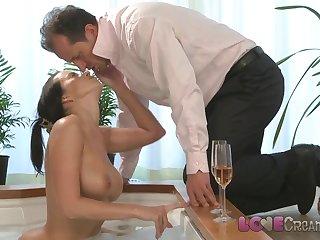 Худая баба отдалась мужу после работы прямо в ванной