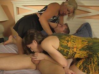 Порно зрелая дама показывает молодой девке, как правильно дрочить и сосать