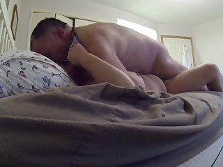 В выходной день муж и жена записывают домашние ебли на огромной кровати