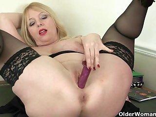 Порно зрелая дама не снимая чулки, вводит в письку фаллос