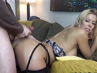 Одинокая соседка очень любит секс раком на диване