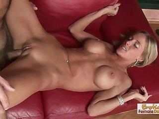 Муж на красном диване посадил на свой огромный ствол худую жену и сношает