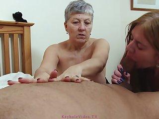 Порно женщина со своей зрелой подругой поработали ртом у мужика