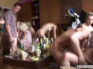 Чешское порно зрелых дам с молодыми пацанами на праздник