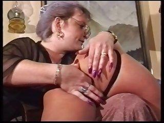 Молодая служанка послушно отлизала пизду у старой хозяйки в очках