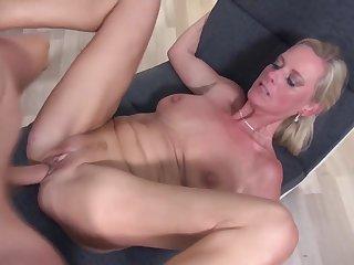 Порно со зрелыми дамами с глубоким проникновением члена в пизду