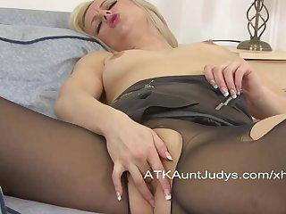 Сняла один чулок и мастурбирует, раздвинув ножки
