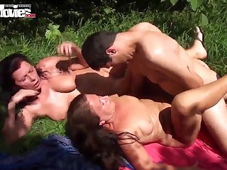 Случайный прохожий здыбал на травке голых старушек и решил трахнуть по очереди