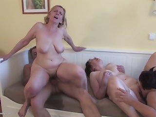 Порно зрелая француженка со своей подругой приехала на порно кастинг трахаться