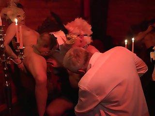 Зрелые свингеры устроили сексуальный порно маскарад на вечеринке