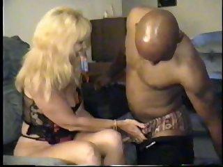 Любопытная дама так и хочет попробовать шоколадный член у лысого негра