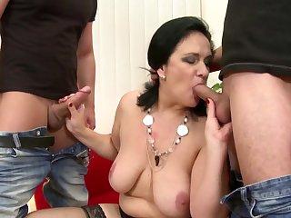 Училку ебёт и мамку порно секс