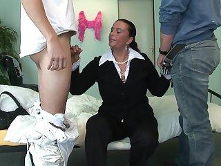 Зрелая хозяйка оплатила рабочим за ремонт горячим сексом втроем