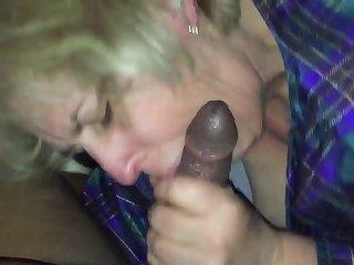 Порно зрелая старуха сосет шоколадный болт во всю длинну