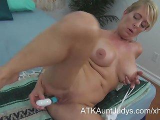 Порно видео зрелая мастурбирует дырки игрушками , дожидаясь мужа с работы