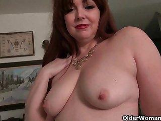Порно зрелые женщины мастурбируют на дому, приспустив трусики