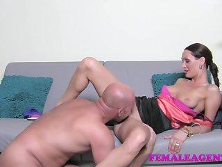 Лысый испанец пришёл на порно кастинг и выебал женщину режжисера