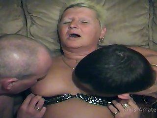 Сочная старушка кормит сиськами молодых парней и активно берет в рот