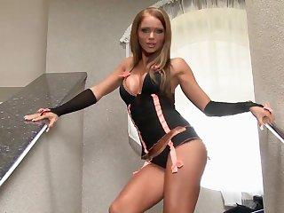 Два пальца в попе сводят с ума загорелую женщину с длинными ногами