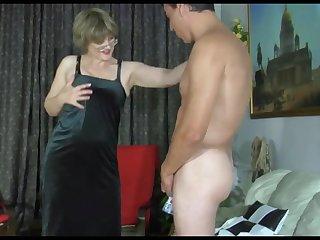 Русская хозяйка в чёрном платье не отказалась от вечернего секса с квартирантом