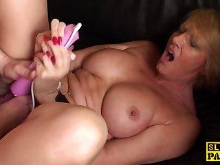 Секс с вибратором рыжей мильфе очень понравился и заставил кончить