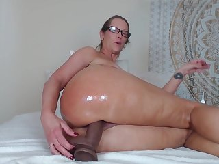 Испанка в очках с трудом пристроила толстый дилдо в свою узкую вагину