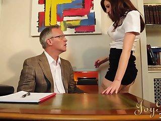 Старый профессор в своем кабинете отжарил помощницу в бритую пизду