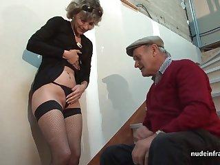 Показала французскому дедушке трусы и присела писей на член