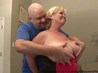 Бритоголовый муж с удовольствием высадил жену сверху на член и трахнул