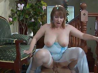 Русская жирдяйка после душа побаловала минетом 20 летнего извращенца